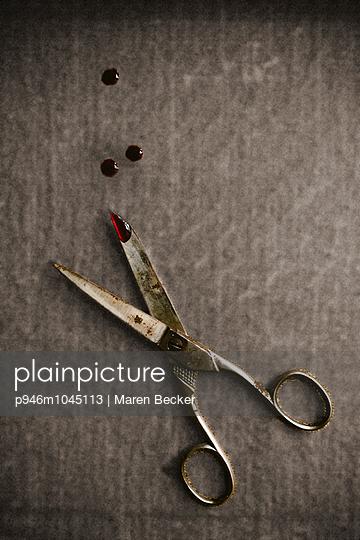 Rostige Schere und Blutstropfen - p946m1045113 von Maren Becker