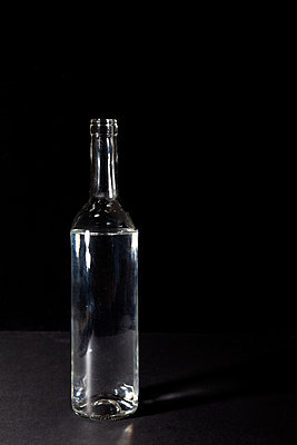 Glass bottle with water - p1248m2187189 by miguel sobreira
