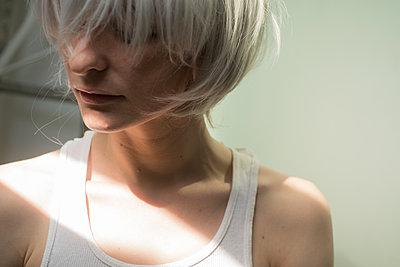 Woman wearing wig - p1321m2126151 by Gordon Spooner