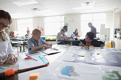 Middle school students working on science project in laboratory - p1192m1473276 by Hero Images