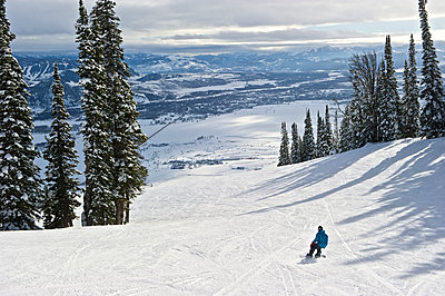 A snowboarder at Jackson Hole Ski Resort in Jackson Hole, Wyoming - p343m1107114 by Marc Pagani