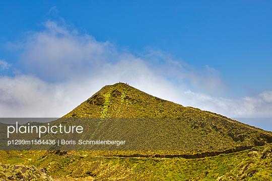 Berggipfel vor blauem Himmel - p1299m1584436 von Boris Schmalenberger