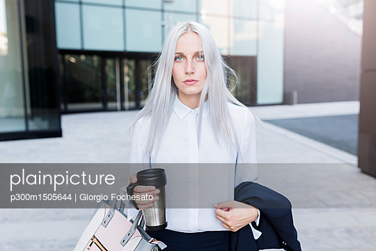 Portrait of serious young businesswoman in the city - p300m1505644 by Giorgio Fochesato