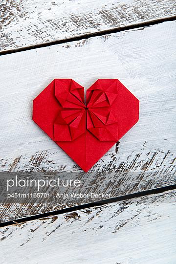 Rotes Origami Herz - p451m1165701 von Anja Weber-Decker