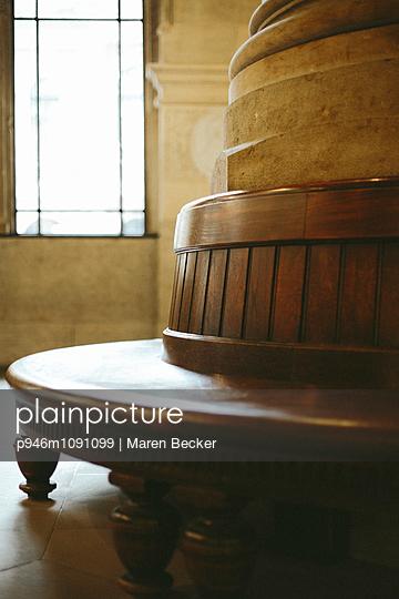 Bank im Wartesaal - p946m1091099 von Maren Becker