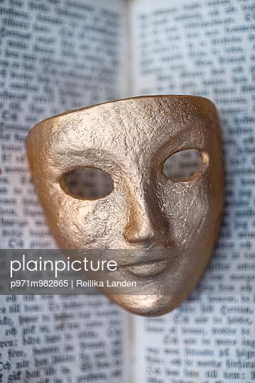 Goldene Maske - p971m982865 von Reilika Landen