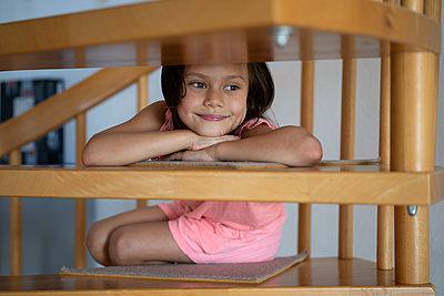 Kleines Mädchen auf einer Holztreppe - p1625m2245016 von Dr. med.