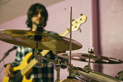 Guitar player rehearsing for performance - p300m1130012f von Andrés Benitez