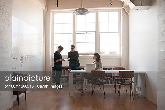 plainpicture - plainpicture p1166m1566915 - Business people discussing ... - plainpicture/Cavan Images