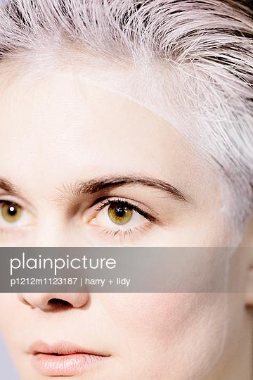 Weißes Haar - Grüne Augen - p1212m1123187 von harry + lidy