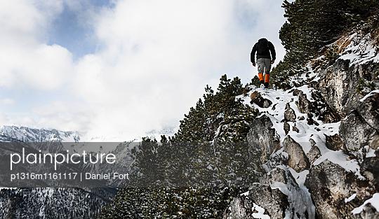 Wanderer steigt über verschneite Felsen, Aufstieg zum Unnütz , Rofan, Tirol, Österreich - p1316m1161117 von Daniel Fort