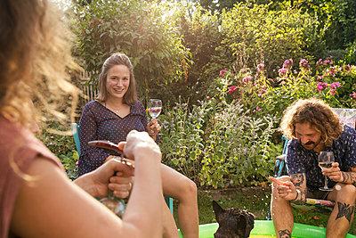 Garden party - p788m2027599 by Lisa Krechting