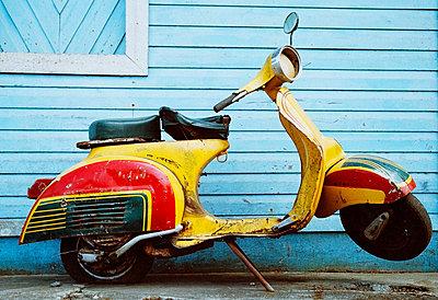 Alter Motorroller - p9220031 von Juliette Chretien