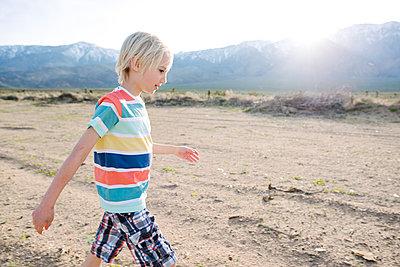Boy exploring rural landscape, Olancha, California, US - p924m2127290 by Viara Mileva