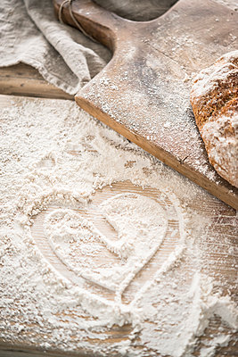 Shape of heart drawn in flour - p936m1161851 by Mike Hofstetter