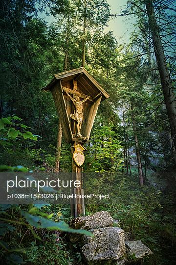 Holzkreuz im Wald - p1038m1573026 von BlueHouseProject
