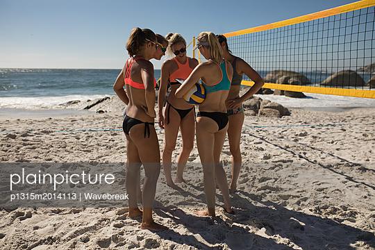 plainpicture - plainpicture p1315m2014113 - Female volleyball coach int... - plainpicture/Wavebreak