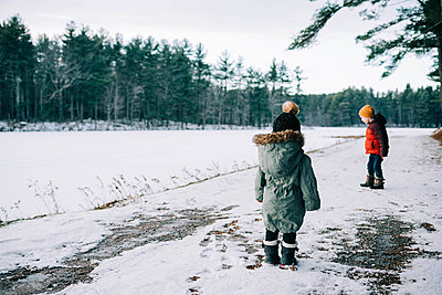 Two children leaving footprints in the snow. - p1166m2157327 by Cavan Images