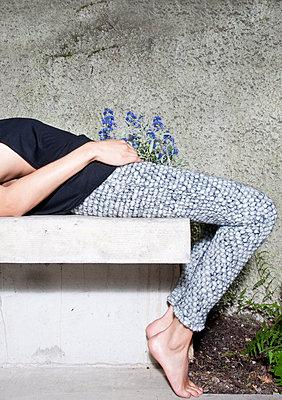 Liegende Frau mit Blumen - p1504m2022682 von Jenny Bewer