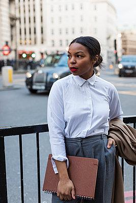 UK, London, businesswoman waiting - p300m1580856 von Mauro Grigollo