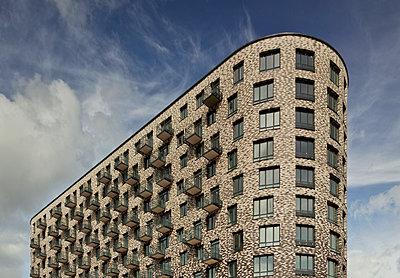 Wohnblock mit Fassade aus Ziegeln - p390m1092849 von Frank Herfort