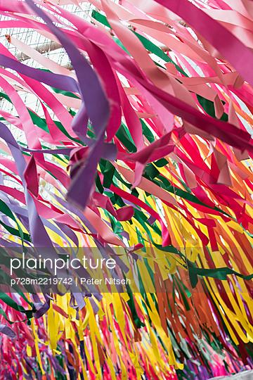 Bunte Bänder aus Krepppapier - p728m2219742 von Peter Nitsch