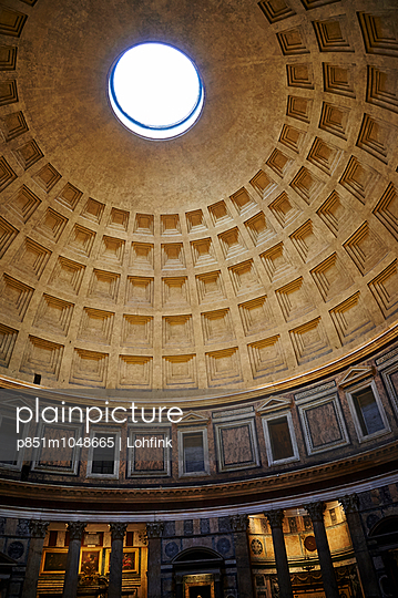 Dome of pantheon - p851m1048665 by Lohfink