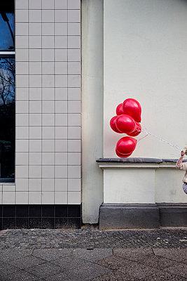 Rote Luftballons auf der Straße - p1212m1091958 von harry + lidy