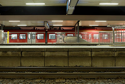 Am Bahnsteig in Frankfurt am Main - p2360669 von tranquillium