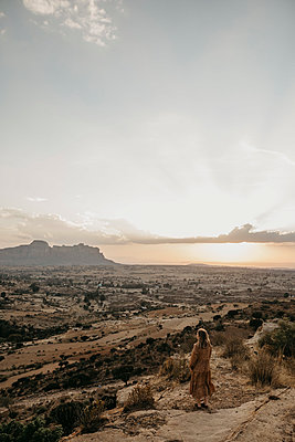 High angle view of woman enjoying view at Gheralta Mountains, Ethiopia, Central Tigray, Hawzen - p300m2199199 by letizia haessig photography