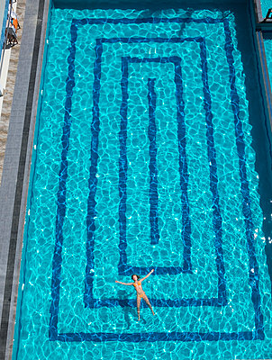 Woman in swimming-pool - p312m2091390 by Johan Willner