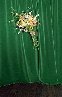Einen Blumenstrauß bekommen - p4470262 von Anja Lubitz