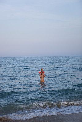 Vater mit Kind im Meer - p505m1108409 von Iris Wolf