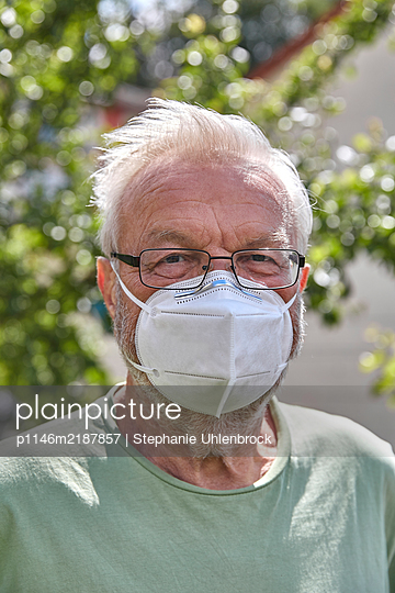 Senior man with face mask, portrait - p1146m2187857 by Stephanie Uhlenbrock