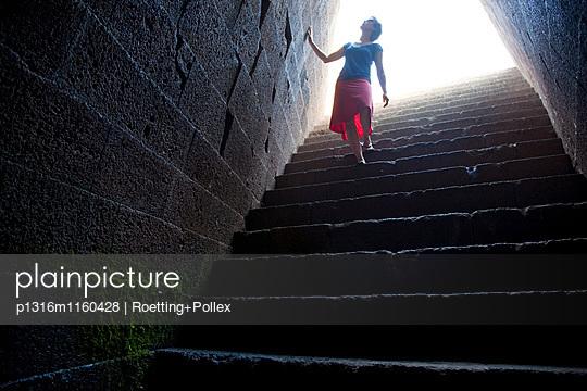 Touristin auf der Treppe des heiligen Brunnentempels Santa Cristina, Paulilatino, Sardinien, Italien, Europa - p1316m1160428 von Roetting+Pollex
