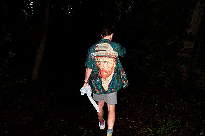 Rear view of a man with Van Gogh's Portrait - p1301m2196933 by Delia Baum