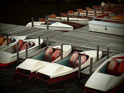 Tretboote an der Alster - p132m1590212 von Peer Hanslik