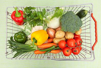 Korb mit frischem Gemüse - p4540670 von Lubitz + Dorner