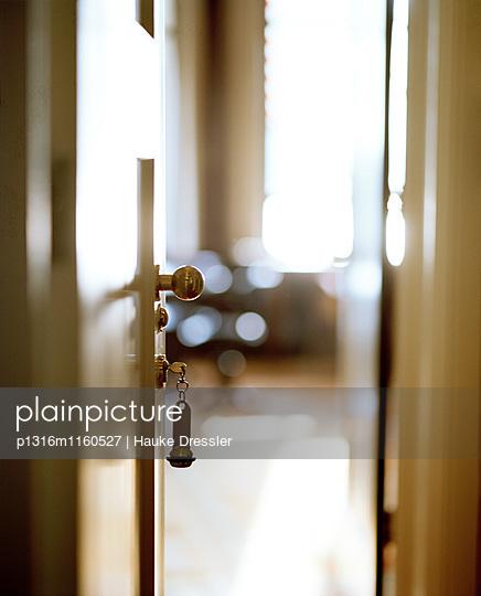 Zimmertür mit Schlüssel, Rotterdam, Niederlande - p1316m1160527 von Hauke Dressler