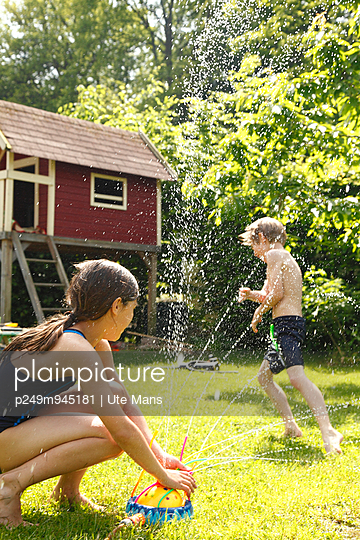 Playing with water - p249m945181 by Ute Mans