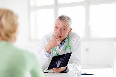 Arzt - zeigt Bild auf Tablet - p1212m1119445 von harry + lidy