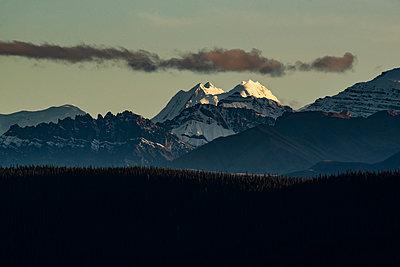 Bergkette wird während dem Sonnenuntergang  von der Sonne angestrahlt - p1455m2203788 von Ingmar Wein