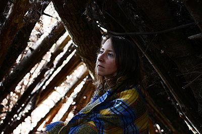 Woman into a shack - p1631m2260168 by Raphaël Lorand