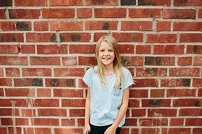 Smiling girl looking at camera - p312m1472258 by Anna Rostrom