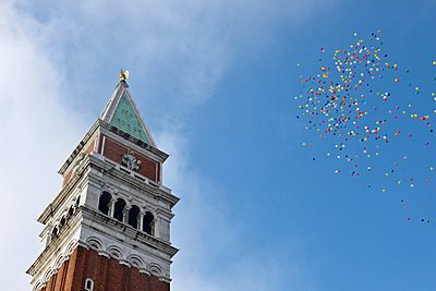 Balloons in the sky, St Mark's Campanile, Venice, Italy - p429m1148882 by WALTER ZERLA