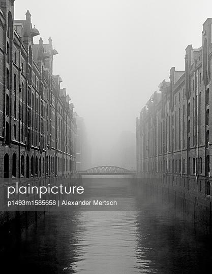 Kehrwiederfleet bei Nebel in der Hamburger Speicherstadt - p1493m1585658 von Alexander Mertsch