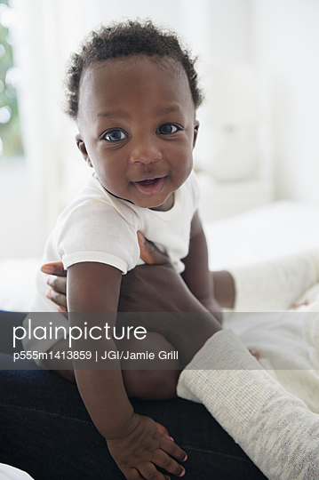 Close up of mother holding smiling Black baby boy - p555m1413859 by JGI/Jamie Grill