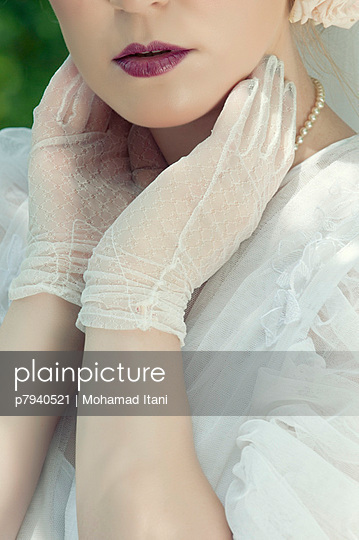 Frau im 30er Jahre Brautkleid - p7940521 von Mohamad Itani