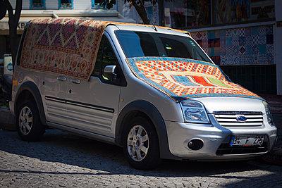 Auto mit Teppichen - p045m1492180 von Jasmin Sander