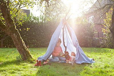 Mädchen in selbstgebauten Zelt - p1156m960678 von miep